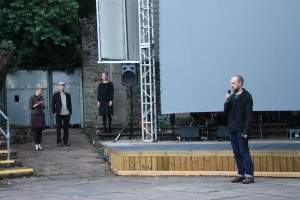Ian Francis introduces the screening and the musicians (on the left)